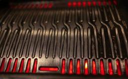 Plan rapproché de gril coréen métallique de BBQ avec des flammes dessous photos stock