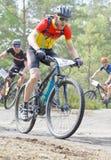 Plan rapproché de groupe de cyclistes de vélo de montagne dans la forêt Image stock