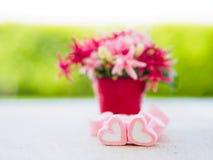 Plan rapproché de guimauve douce sous forme de coeur de plat et de fleur en bois au fond Images stock
