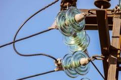 Plan rapproché de guirlandes de l'électricité des isolateurs avec les fils électriques Photo libre de droits