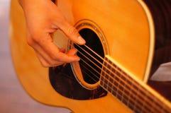 Plan rapproché de guitare acoustique Photo stock