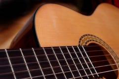 Plan rapproché de guitare dans la lumière très bonne photographie stock