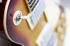Plan rapproché de guitare, potentiomètres, contrôles du volume sur la guitare photographie stock