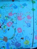 Plan rapproché de Handprints sur le capot de véhicule Photos stock