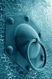 Plan rapproché de heurtoir en métal dans une planche de trappe Image libre de droits