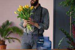 Plan rapproché de hippie tenant le bouquet des tulipes jaunes photo libre de droits