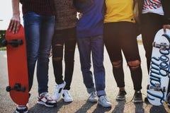 Plan rapproché de jambes de groupe d'école d'amis de mode de vie dehors Photos stock
