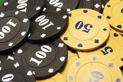 Plan rapproché de jetons de poker de lumineux et de coloré Photo stock