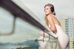 Plan rapproché de jeune femme caucasienne attirante avec des écouteurs et photos libres de droits