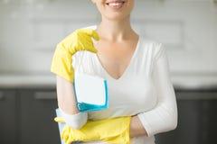 Plan rapproché de jeune femme de sourire à la cuisine Photos stock
