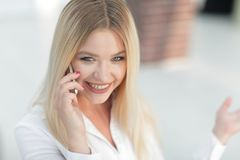 Plan rapproché de jeune femme parlant à un téléphone portable Image stock