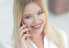 Plan rapproché de jeune femme parlant à un téléphone portable Photo libre de droits