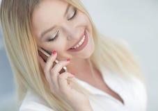 Plan rapproché de jeune femme parlant à un téléphone portable Photographie stock libre de droits