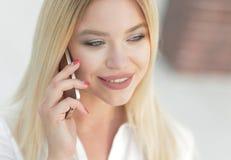 Plan rapproché de jeune femme parlant à un téléphone portable Photographie stock