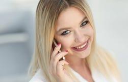 Plan rapproché de jeune femme parlant à un téléphone portable Image libre de droits