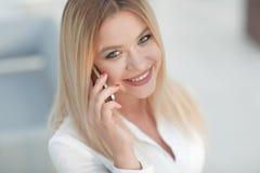 Plan rapproché de jeune femme parlant à un téléphone portable Photo stock