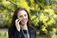 Plan rapproché de jeune femme parlant au téléphone portable Images libres de droits