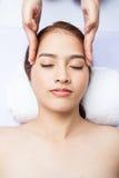 Plan rapproché de jeune femme recevant le massage facial à la station thermale de jour Images stock
