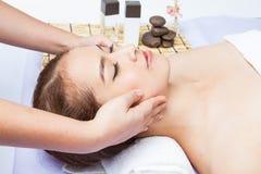 Plan rapproché de jeune femme recevant le massage facial à la station thermale de jour Photographie stock