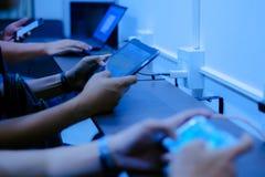 Plan rapproché de jeune homme jouant le jeu vidéo sur le mobile Photographie stock