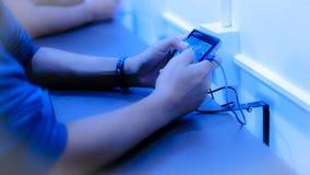 Plan rapproché de jeune homme jouant le jeu vidéo sur le mobile Photographie stock libre de droits