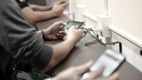 Plan rapproché de jeune homme jouant le jeu vidéo sur le mobile Image stock