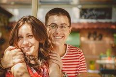 Plan rapproché de jeunes beaux couples affectueux heureux se reposant au café en plein air de rue Début d'histoire d'amour Amour  Photos stock