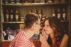 Plan rapproché de jeunes beaux couples affectueux heureux se reposant au café en plein air de rue tenant des mains regardant l'un Photo stock