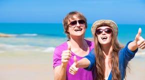 Plan rapproché de jeunes couples heureux dans des lunettes de soleil Images libres de droits
