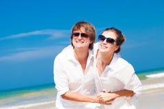 Plan rapproché de jeunes couples heureux dans des vêtements blancs et Images stock
