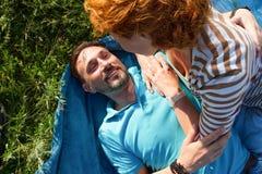Plan rapproché de jeunes couples romantiques au jour ensoleillé en parc L'homme et la femme joyeux étreignent tout en ayant le pi Photo stock