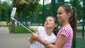 Plan rapproché de jeunes filles insouciantes faisant les visages drôles et souriant pour des selfies photo libre de droits