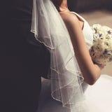 Plan rapproché de jeunes mariés, robe de mariage de voile Image libre de droits