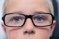 Plan rapproché de jeunes yeux patients images stock