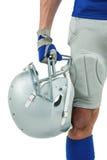 Plan rapproché de joueur de football américain tenant le casque photos libres de droits