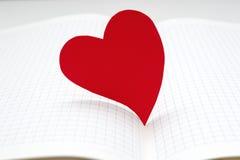 Plan rapproché de journal intime ouvert avec le coeur de papier Photo stock