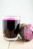 Plan rapproché de jus frais de betterave rouge Images stock