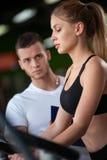 Plan rapproché de l'élaboration femelle avec l'entraîneur de forme physique photographie stock
