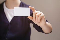 Plan rapproché de l'adolescence femelle de carte de papier d'affaires de prise de fille Photographie stock libre de droits