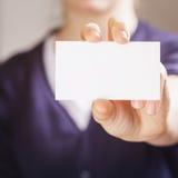 Plan rapproché de l'adolescence femelle de carte de papier d'affaires de prise de fille Images libres de droits