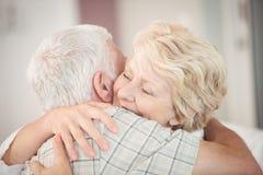 Plan rapproché de l'embrassement supérieur heureux de couples Photographie stock libre de droits