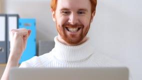 Plan rapproché de l'homme avec les poils rouges célébrant le succès avec l'excitation photographie stock