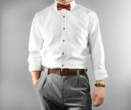 Plan rapproché de l'homme dans l'habillement élégant sur le fond photo stock