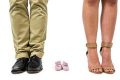 Plan rapproché de l'homme et de femme parmi des chaussures de bébé Image stock