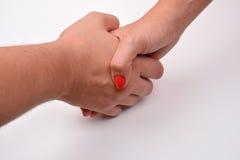 Plan rapproché de l'homme et de la femme se serrant la main, d'isolement sur le backg blanc Photo stock