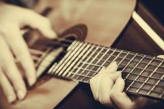 Plan rapproché de l'homme jouant la guitare acoustique images libres de droits