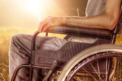 Plan rapproché de l'homme sur le fauteuil roulant appréciant la nature Image stock