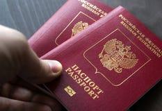 Plan rapproché de l'homme tenant des passeports sur le contrôle de passeport concept de course Photos stock