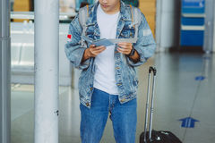 Plan rapproché de l'homme tenant les passeports et la carte d'embarquement à l'aéroport Image libre de droits