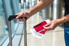 Plan rapproché de l'homme tenant les passeports et la carte d'embarquement Image libre de droits